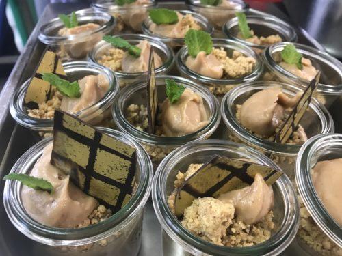 Vanille-Panna-Cotta mit Himbeermark und Haselnussstreusel im Glas